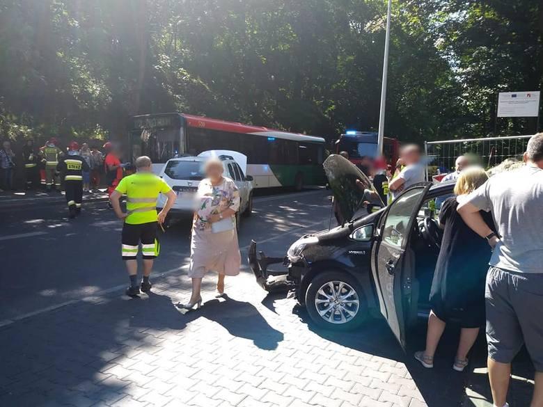 Do groźnie wyglądającego zderzenia doszło w poniedziałek, 17 czerwca, na ul. Walczaka w Gorzowie Wlkp. Autobus MZK linii 124 zderzył się z dwoma samochodami