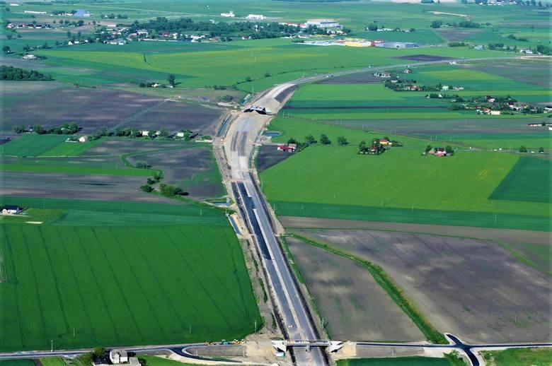 Trwa budowa drugiego etapu obwodnicy Inowrocławia. To 5-kilometrowy odcinek, który połączy Latkowo ze Sławęcinkiem. Prace toczą się zgodnie z planem.