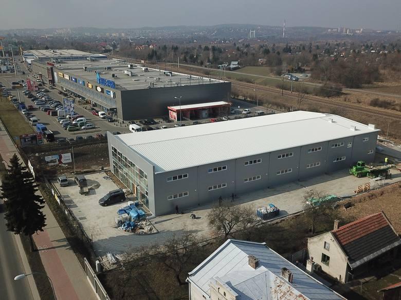 """Na ul. Lwowskiej w Przemyślu powstaje nowe centrum handlowe pod nazwą """"Smok"""". Powierzchnia sklepu to 3 tys. metrów kwadratowych. Będzie"""