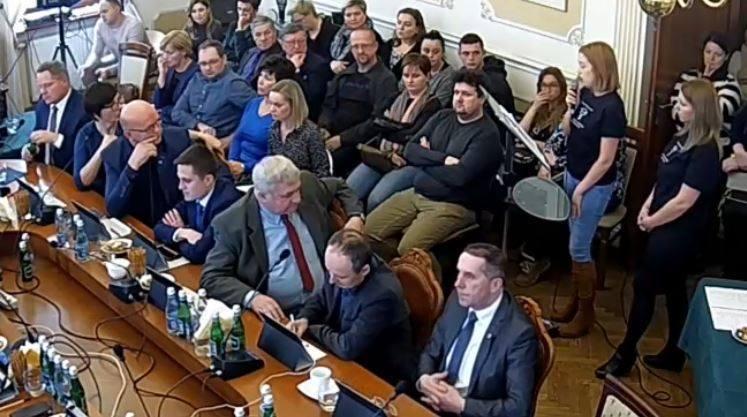 Rodzice uczniów i nauczyciele stanęli na sesji Rady Miejskiej Andrychowa w obronie likwidowanej szkoły