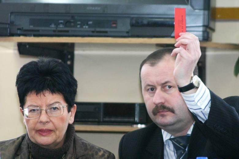 Prorocze okazało się nasze zdjęcie z wizyty w Chojnicach Joanny Senyszyn, bowiem już wtedy działacz SLD, również poseł z Chojnic, Jacek Kowalik, pokazał tej partii czerwoną kartkę.