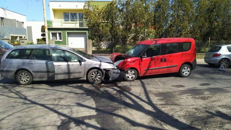 Wypadek na Żernickiej. Czołowe zderzenie dwóch aut (ZDJĘCIA)