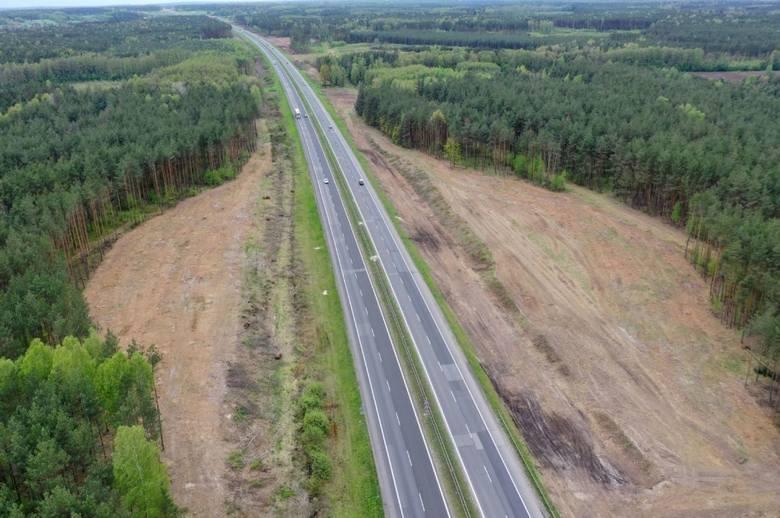 Tak obecnie wygląda plac budowy autostrady A1 od Częstochowy do granicy z województwem łódzkim. Na zdjęciach z drona widać w kilku miejscach przewężenia