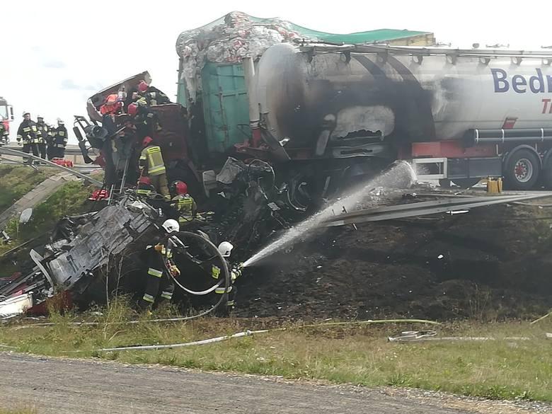 Trzy osoby zostały ranne w wypadku, do którego doszło przed godziną 13 w Gnieźnie, na drodze wylotowej w kierunku Torunia. Zderzyły się tam dwa samochody