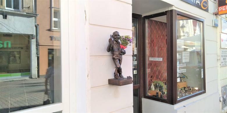 Fotografus – nowy bachusik przy ul. Kupieckiej w Zielonej Górze przedstawia zasłużonego dla miasta fotografa Krzysztofa Donabidowicza. Rzeźba to prezent