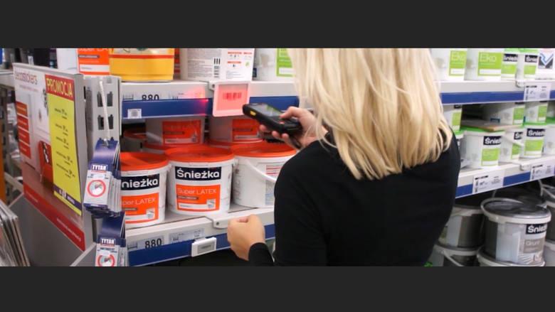 System podpowiada pracownikowi sklepu, gdzie musi się udać i jaką cenówkę wymienić. Mało tego, system pilnuje, żeby pracownik faktycznie to zrobił.