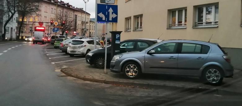 Mieszkańcy Rzeszowa przysyłają nam kolejne zdjęcia samochodów piratów drogowych, którzy zostawiają je gdzie popadnie. Lekceważą przepisy ruchu drogowego,