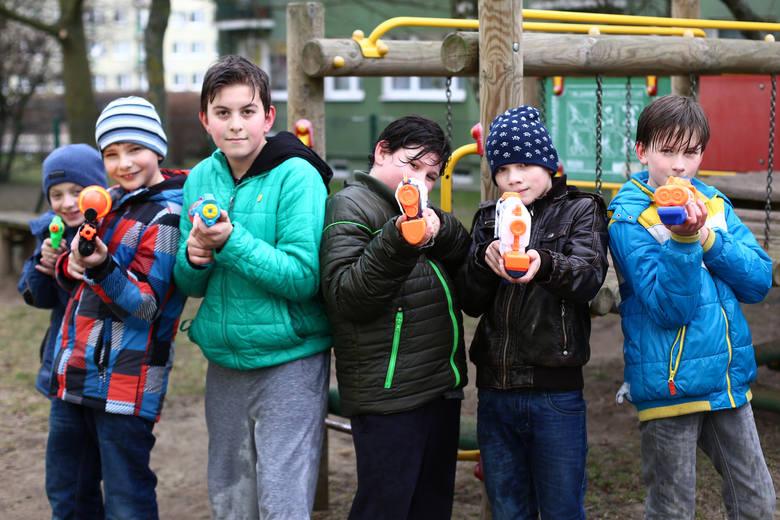 Lany poniedziałek, śmigus-dyngus albo święto lejka w polskiej tradycji od dawna związany jest z polewaniem się wodą. Jak nakazuje tradycja, również dzisiaj