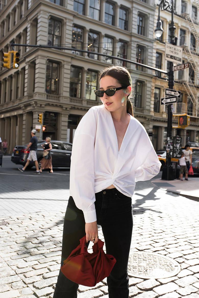 Olivia zawitała do Nowego Jorku. Z jej stylizacji nam najbardziej przypadła do gustu ta z białą koszulą i ciekawą czerwoną torebką.