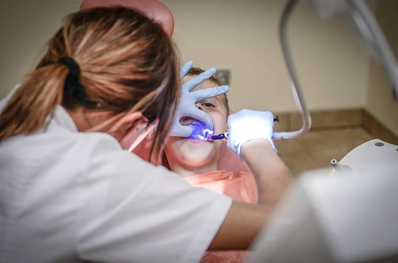 Koronawirus. Gdzie do dentysty w metropolii? Jakie gabinety przyjmują w nagłych przypadkach. Gdzie po pomoc do dentysty w czasie epidemii?Zobacz kolejne