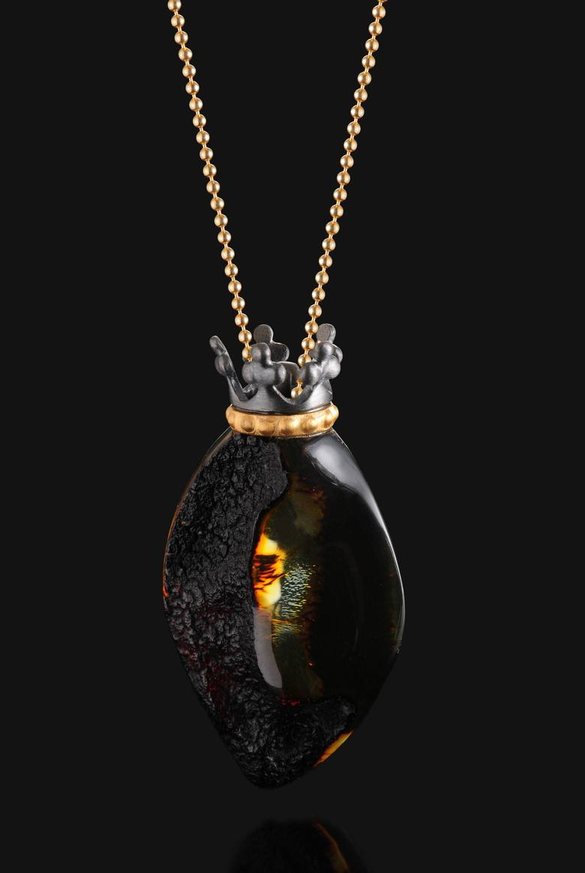 Kolekcja naszyjników z bursztynu bałtyckiego i srebra zatytułowana Art7 Royal Ambe. Art7 Sp. z o. o. Sp. k. Produkt nominowany w kategorii: Zdrowie/