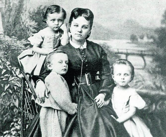 Joanna i Hans Ulryk Schaffgotschowie mieli czworo dzieci - syna Hansa Karola Gotarga oraz  trzy córki: Klarę, Elżbietę i  Eleonorę