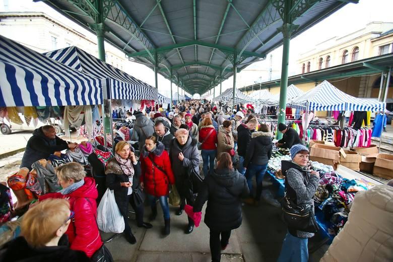Niedziela bez handlu na Dworcu Świebodzkim. Tłumy na targowisku
