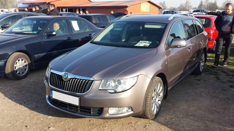 10. Skoda Superb. Silnik 1,8 benzyna, rok produkcji 2010, cena 39900 zł.
