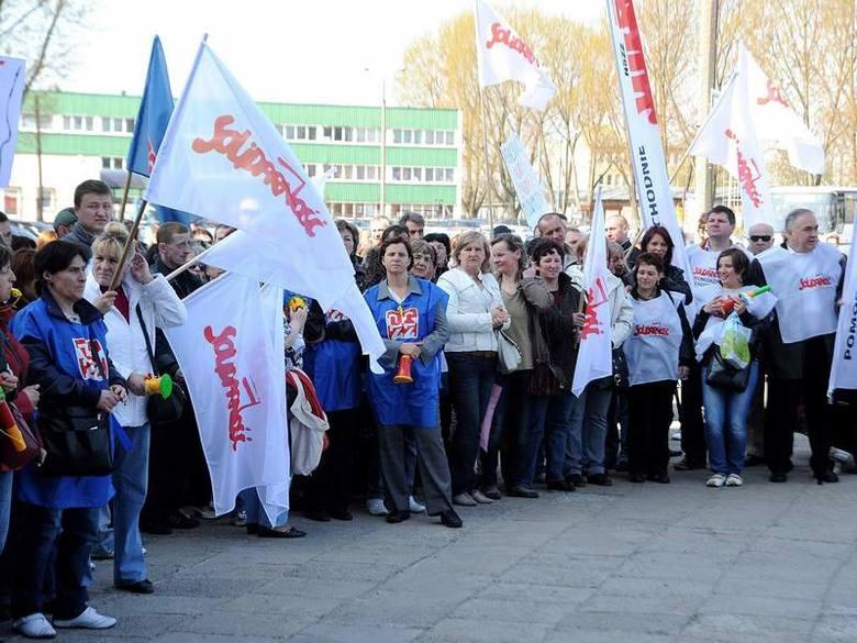 """Protestowało 98 proc. pracowników, zarówno zrzeszonych w """"Solidarności"""", jak i OPZZ. Na miejsce, by wesprzeć strajkujących, przyjechał"""