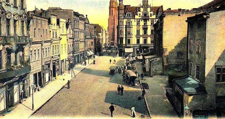 Rynek Opola. Po prawej widoczne są kamienice, które przylegały kiedyś do zachodniej ściany ratusza.