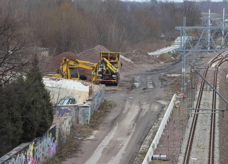 Nieopodal miejsca, gdzie będzie przystanek Radom Wschód trwa obecnie budowa torowiska oraz rozjazdów, które umożliwią korzystanie z przystanku pasażerom