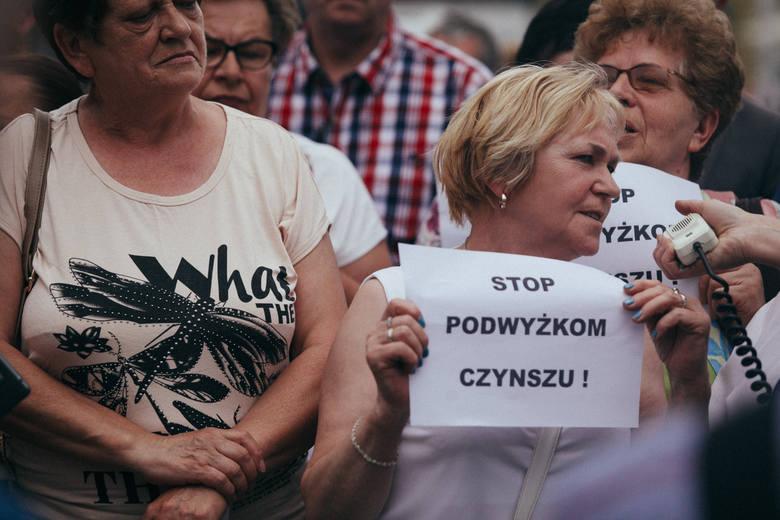 Najemcy lokali socjalnych protestowali we wtorek przed bydgoskim ratuszem i wymusili na prezydencie powrót do tematu wysokości opłat.