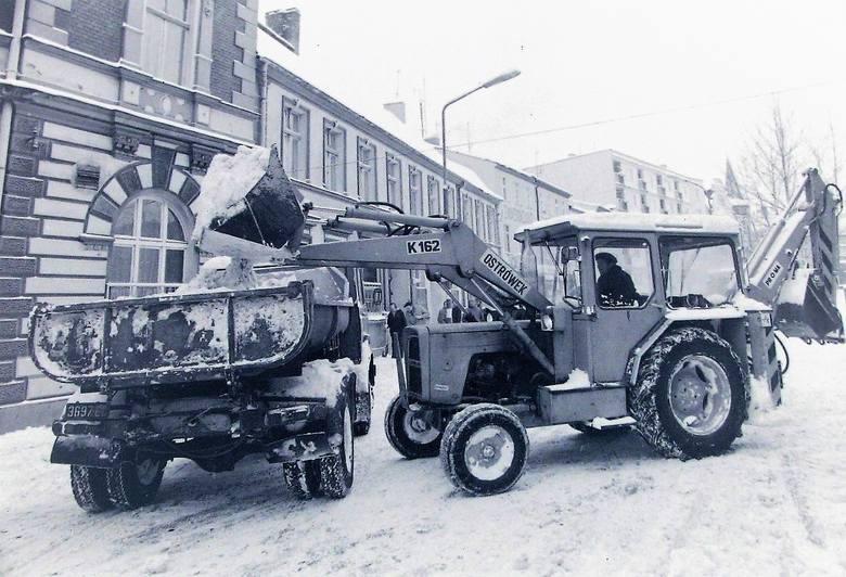 Sprzęt odśnieżający na ul. Piekiełko w Słupsku  – styczeń 1979. Oglądaj także: Zima w Słupsku