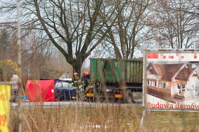 Fasty. Wypadek śmiertelny. Dwie osoby zginęły w zderzeniu osobówki z ciężarówką