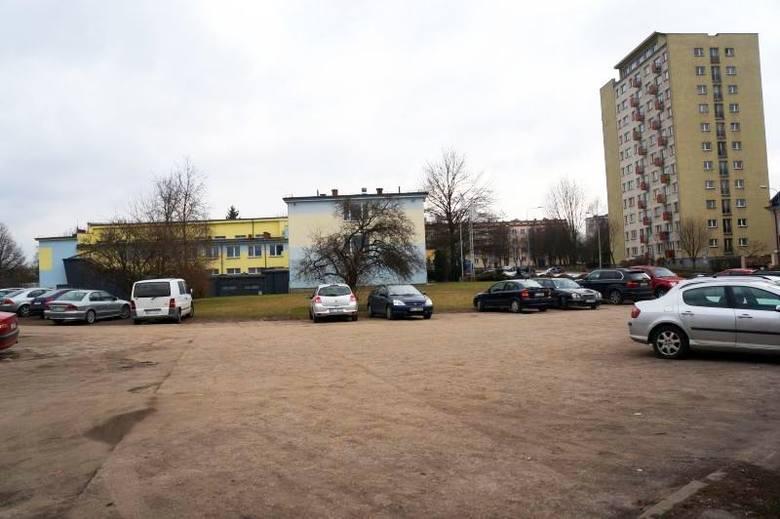 Jest tu nieuporządkowany teren, który można przeznaczyć na parking - mówi wiceprezydent miasta Adam Poliński. Chodzi o sąsiedztwo pływalni przy ul. Włókienniczej,