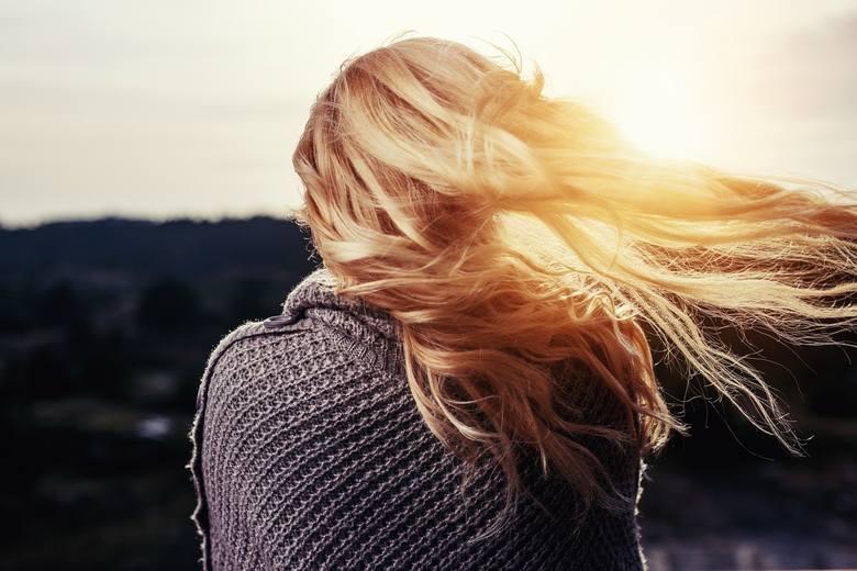 Produkty do koloryzacji włosów kuszą nas coraz to nowszymi odcieniami i ulepszonymi formułami, które nie niszczą włosów. Coraz chętniej podejmujemy więc