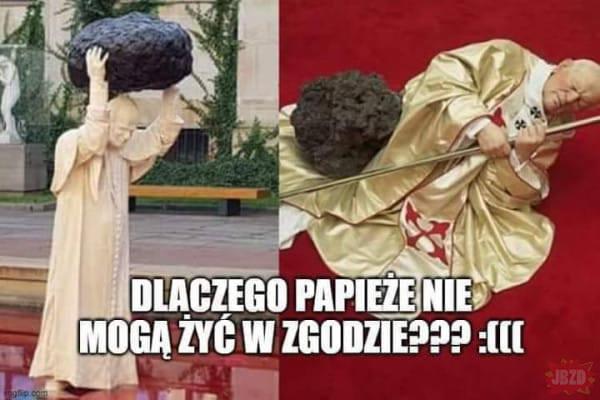 Jan Paweł II z głazem nad głową. Instalacja Jerzego Kaliny powodem internetowych memów. Zobacz je na kolejnych slajdach galerii
