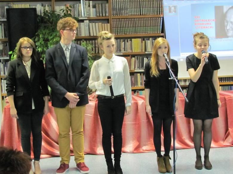 Na początek wieczoru okraszonego poezją i sztuką wystąpili wokaliści i recytatorzy Studia Piosenki przy Klubie Oczko