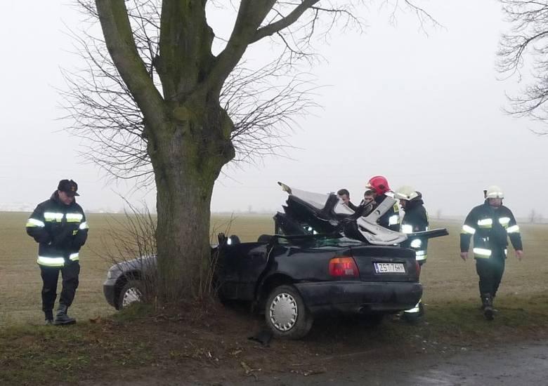 Wypadek w Stargardzie, audi uderzyło w drzewo