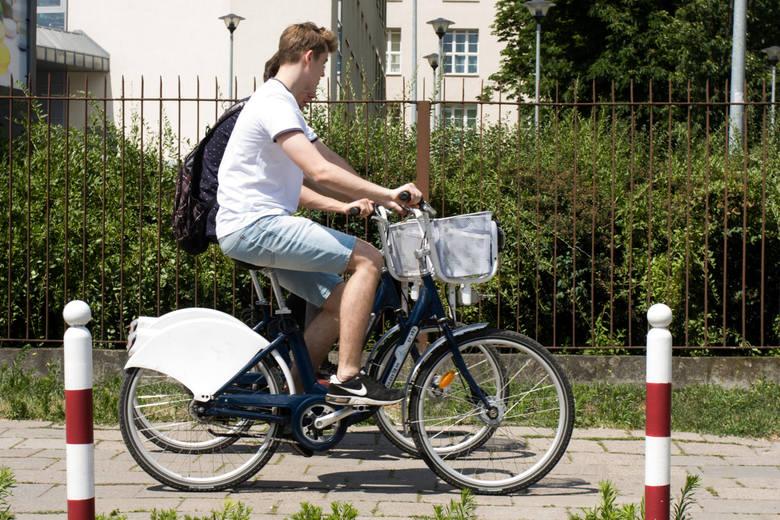 W piątek zaczyna się pilotażowy program roweru miejskiego. Na początek uruchomione zostaną 4 stacje, w których będzie można wypożyczyć łącznie 32 rowery.