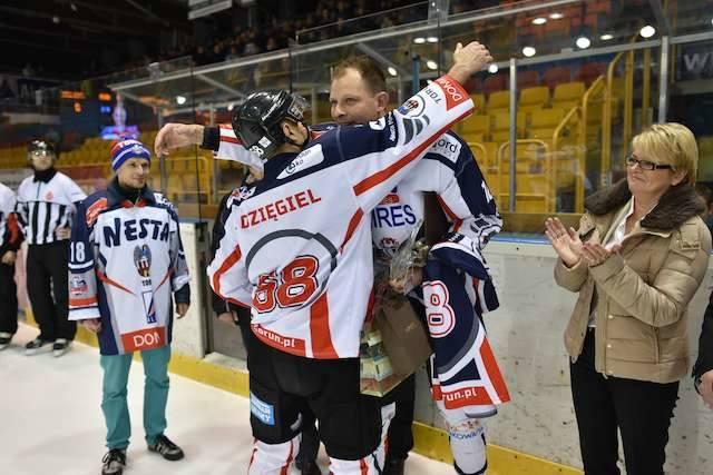 Podziękowania od obecnego kapitana Nesty Miresa - Jacka Dzięgiela - dla kończącego karierę byłego kapitana - Przemysława Bomastka