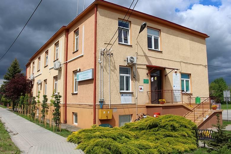 W wejściu do Urzędu Gminy w Gorzycach czynne jest okienko podawcze