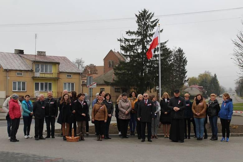 Sypniewo. Pracownicy urzędu gminy wspólnie z mieszkańcami odśpiewali Mazurka Dąbrowskiego, 8.11.2019