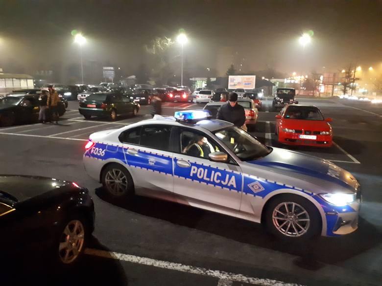 W sobotę wieczorem na parkingu przed hipermarketem przy ul. Inflanckiej zjechali się zmotoryzowani fani Krzysztofa Krawczyka. Z samochodowych głośników