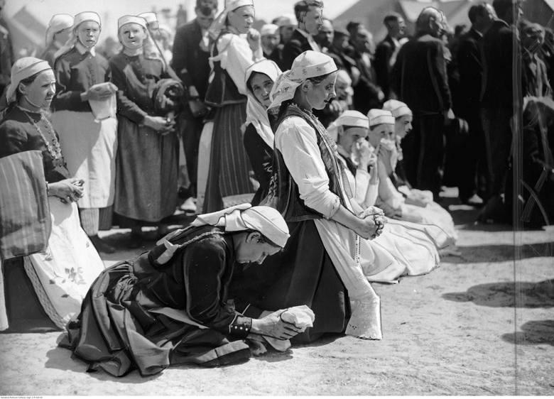 Myszyniec, 1937. Uczestniczki procesji Bożego Ciała w tradycyjnych strojach kurpiowskich.