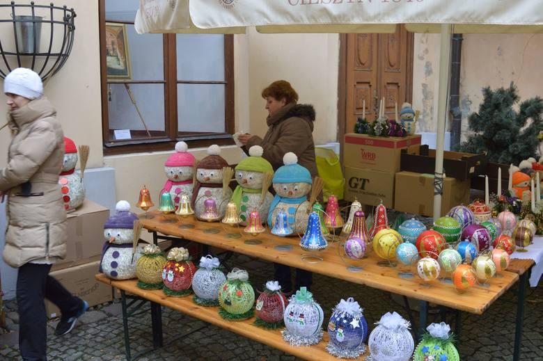 W piątek tradycyjnie odbył się Mikołajkowy Kiermasz Artystyczny na dziedzińcu Muzeum Śląska Cieszyńskiego. Po raz pierwszy kiermasz odbył się już w 2003