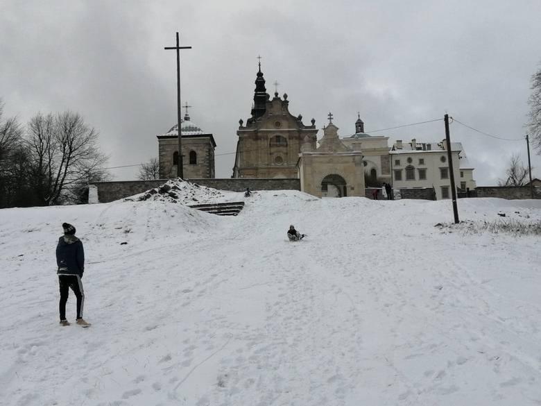 W nocy z wtorku na środę, z 12 na 13 stycznia, w regionie świętokrzyskim posypało śniegiem. Sprawdziliśmy, jak wygląda w zimowej szacie Świętokrzyski