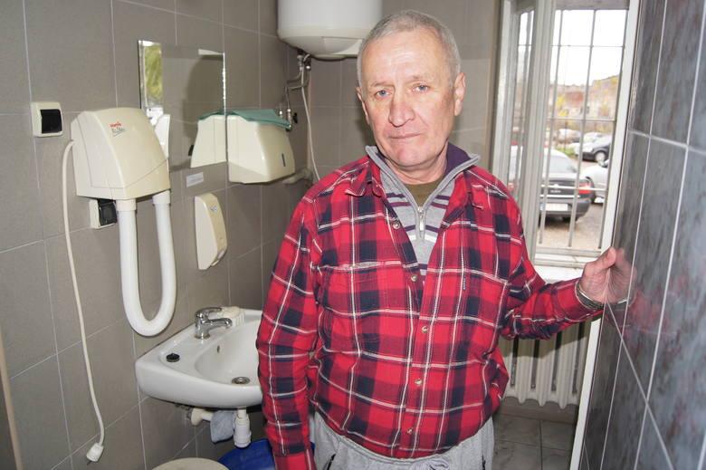 Zygmunt Przybylski w łazience obok tarnowskiego dworca bywa nawet kilka razy w tygodniu. W jego mieszkaniu brak jest wody i mężczyzna nie ma możliwości