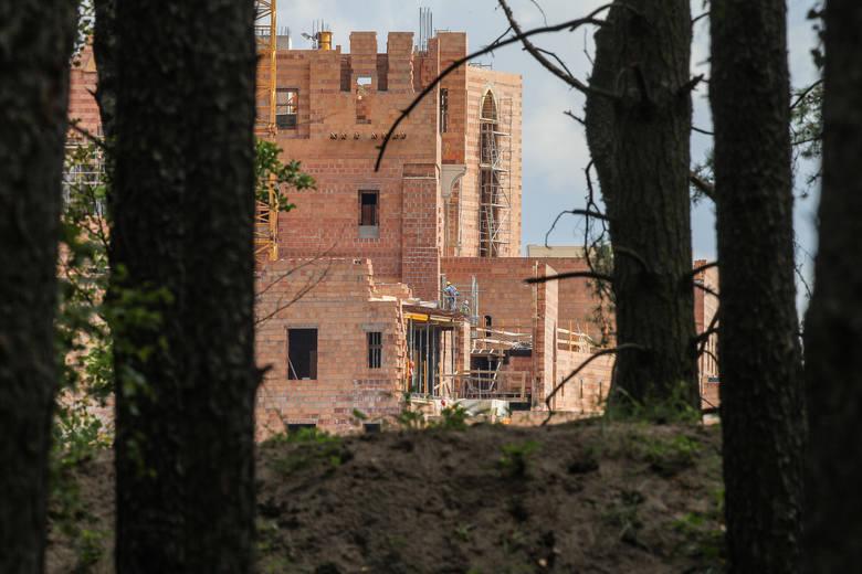 Puszcza Notecka: W atmosferze rosnącego skandalu powstaje bajkowy zamek na wodzie [NOWE ZDJĘCIA!]