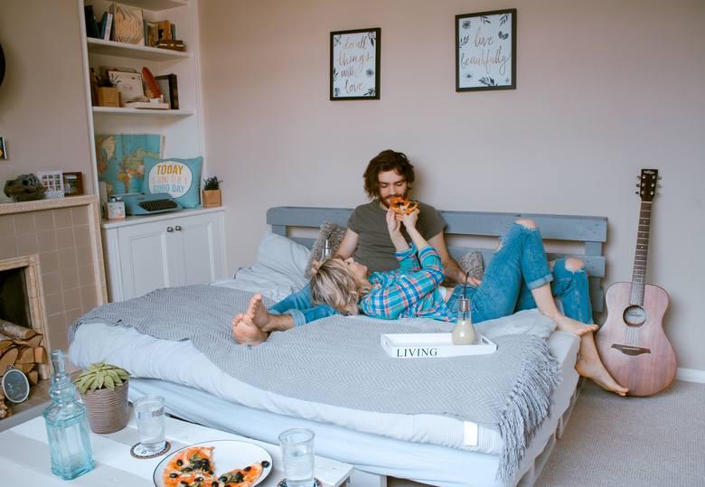 Materac to chyba jeszcze ważniejsza kwestia w wysypianiu się niż ustawienie łóżka. Jeżeli śpimy z partnerem, to wybierajmy taki, który reaguje na punktowe