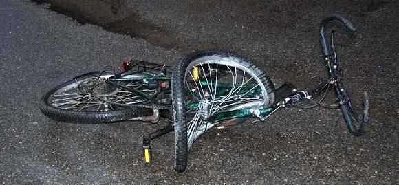 Rowerzysta jechał bez świateł. Potrącił go rozpędzony samochód