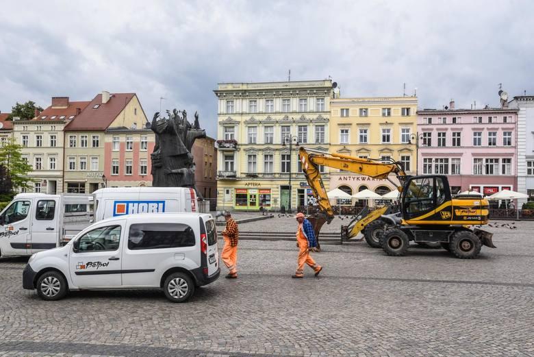 Na płytę Starego Rynku w Bydgoszczy wjechał ciężki sprzęt. To znak, że za chwilę zaczną się pierwsze prace przy przebudowie tej części miasta.Z początkiem