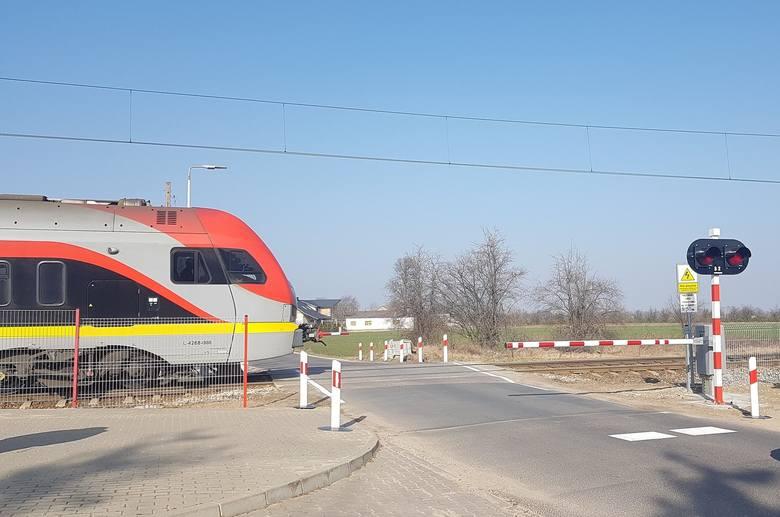 Bezpieczniej i jaśniej na przejazdach kolejowych w powiecie zgierskim