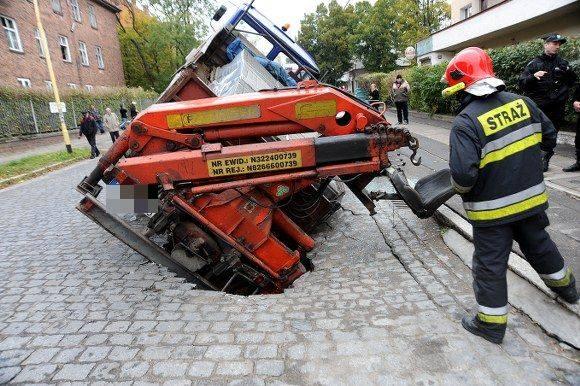 Janickiego: Pod ciężarówką zapadła się jezdnia
