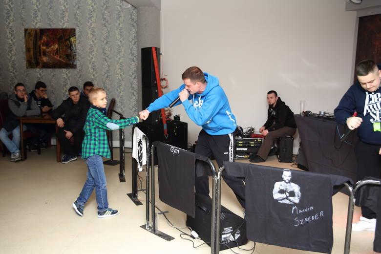 Dawid w tym roku kończy 9 lat. Mieszka w Ostrołęce. Urodził się z zespołem wad wrodzonych - tzw. Zespołem Goldenhara: ma niedorozwój prawej małżowiny