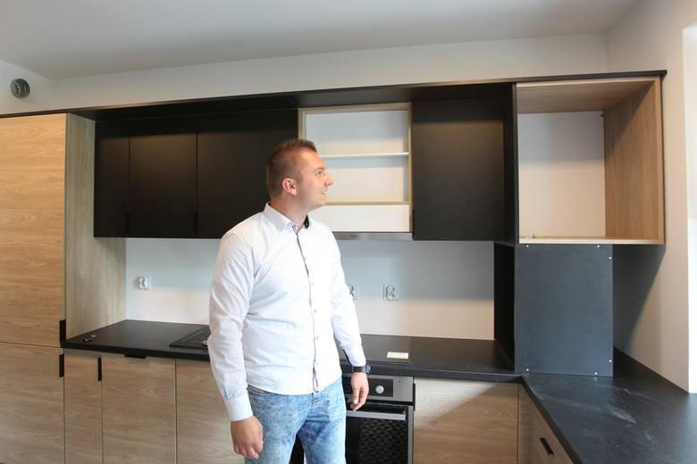 """Zwycięzca wielkiej loterii """"Nowin"""" z 2017 roku po raz pierwszy zobaczył swoje mieszkanie"""