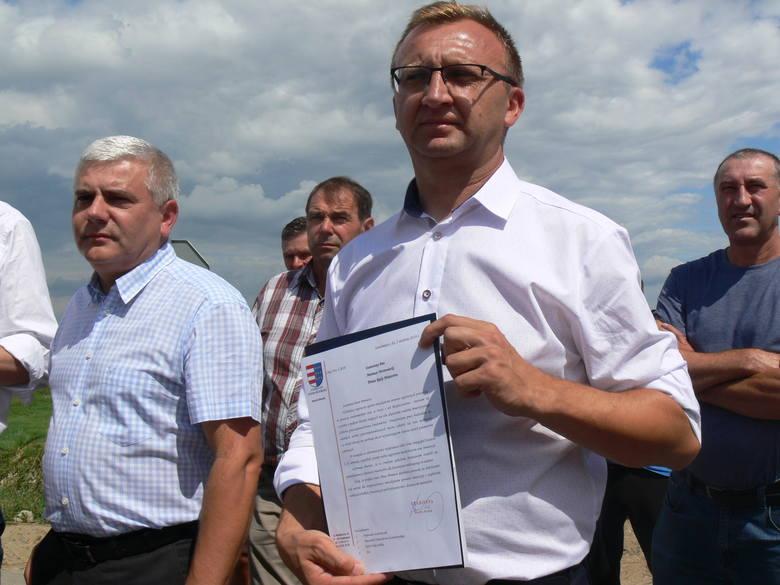 - Jako zarząd powiatu wystosowaliśmy  pismo do premiera Mateusza  Morawieckiego  w tej sprawie - przypomniał starosta. - Napisaliśmy także do Wód Polskich,