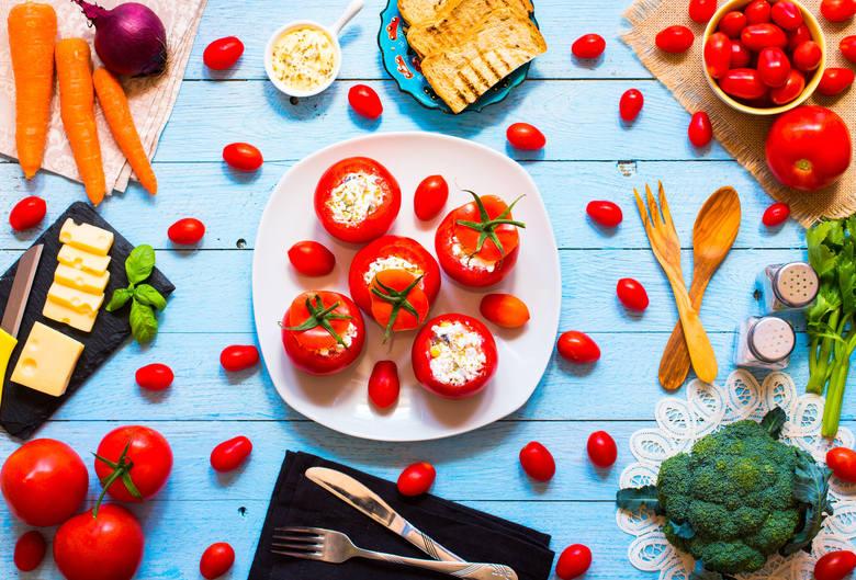 Przepis na faszerowane pomidory. Sprawdź jak je przygotować.