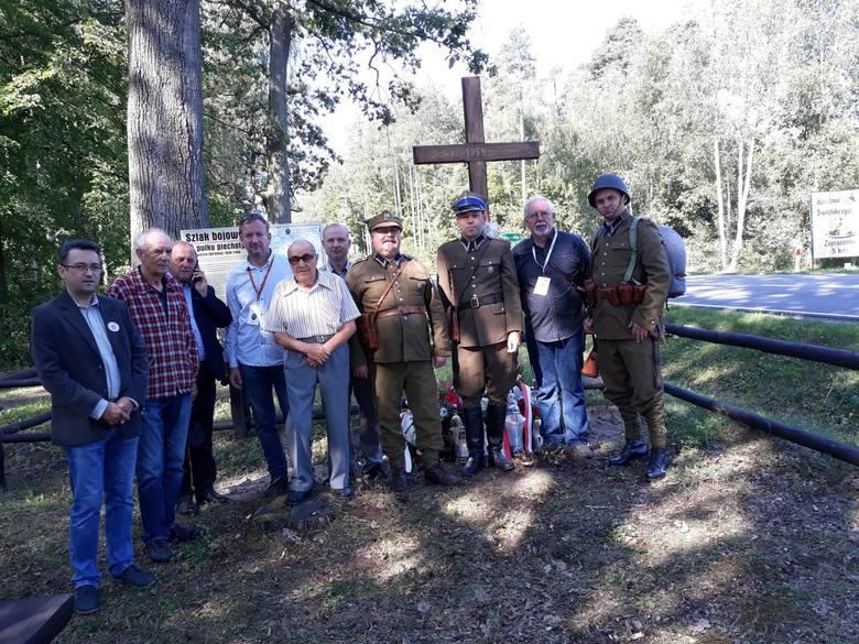 Członkowie stowarzyszenia podczas odsłonięcia tablicy i krzyża w  Wiśniówce.