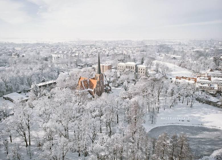 Znany kluczborski fotografik Maciej Knapa uchwycił Kluczbork okryty śnieżną bielą. Efekt wyszedł fenomenalny. Sami zobaczcie!- Wygląda jak Narnia! -